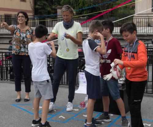 Le insegnanti premiano i primi classificati del torneo di calcio (...)